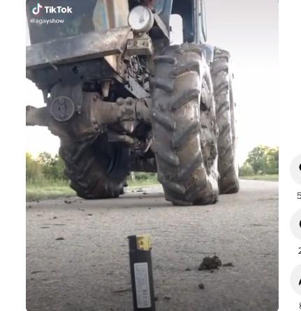 Водій зміг натиснути кнопку на запальничці колесом трактора.