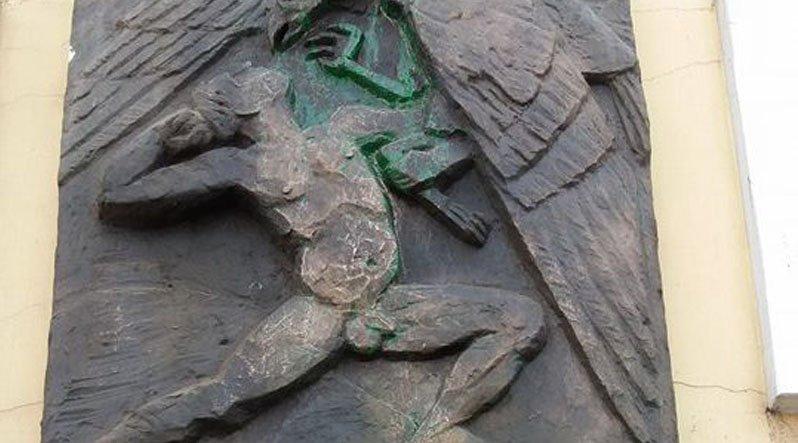 У Хусті вандали облили фарбою стели діячам Карпатської України
