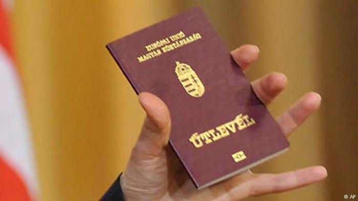 Будапешт порушує норми міжнародного права, видаючи жителям Закарпаття угорські паспорти. Проте ефективних методів протидії Київ не має, кажуть експерти.