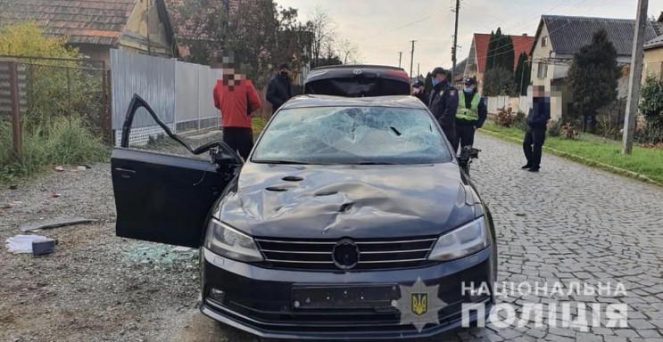 У Мукачівському відділі поліції повідомили, що місцевого 23-річного мешканця, який вчинив кілька нападів та пошкодив авто, взяли під варту.