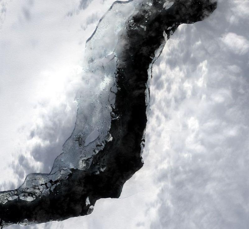 Опубліковані дуже детальні зображення розлому, який створив найбільший за останній час мега-айсберг в Антарктиці.