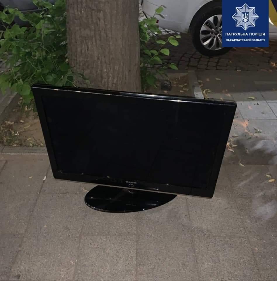 Ужгородские патрульные обнаружили двух мужчин, которые якобы украли телевизор, сообщается на странице Закарпатской патрульной полиции в Facebook.