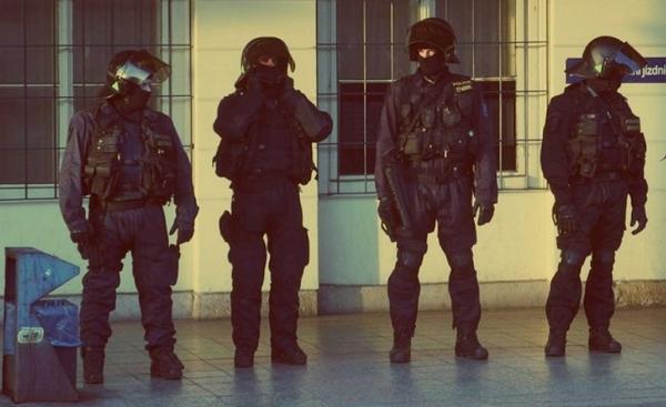 В районі Головного залізничного вокзалу Праги працюють десятки співробітників правоохоронних органів.