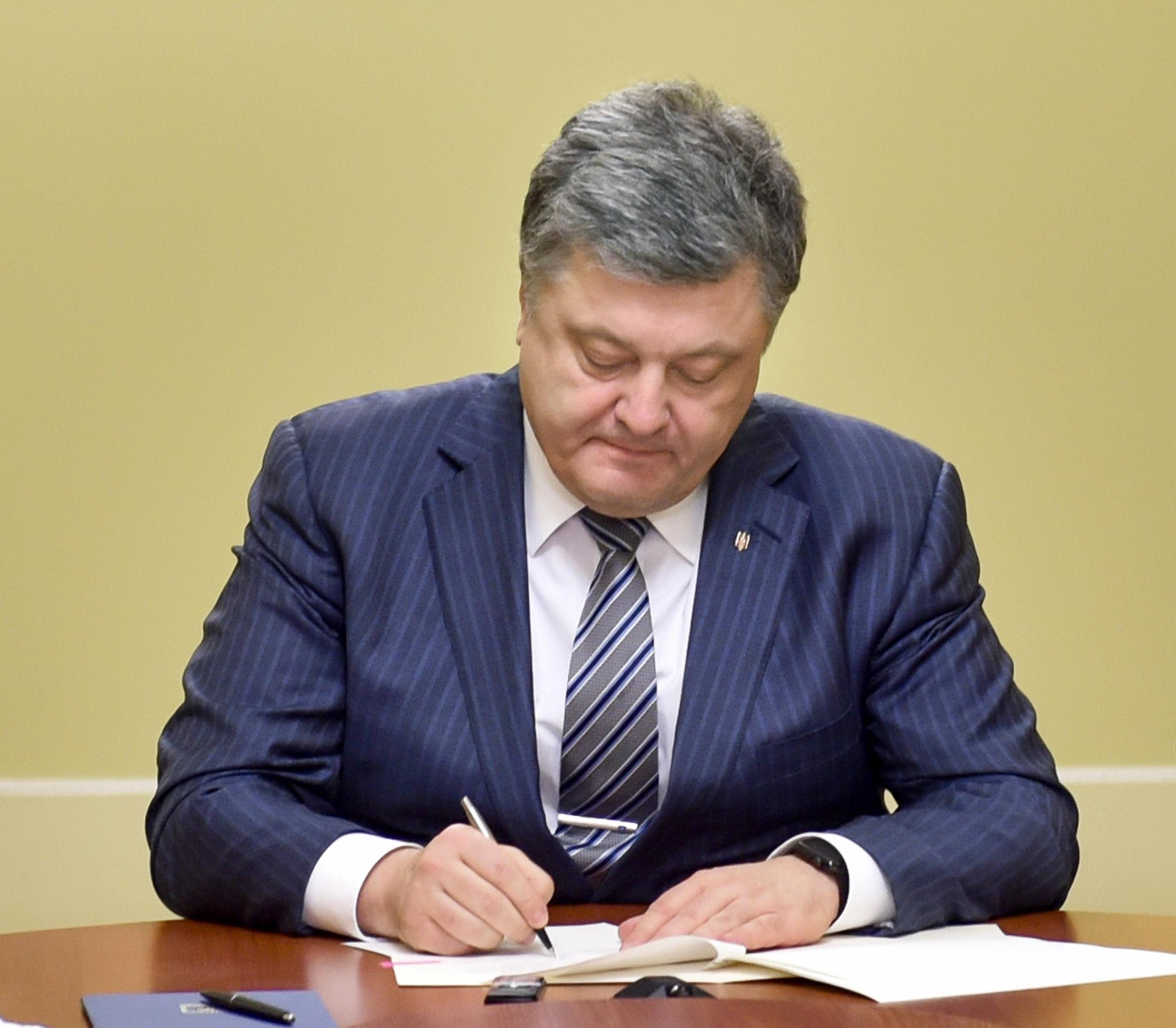 Порошенко амнистировал воевавших в Донбассе военных