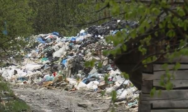 Неподалік від центру  району, який позиціонує себе як туристична мекка Закарпаття  - справжні гори сміття.