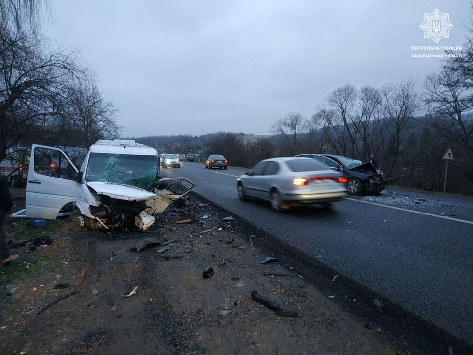 Дорожньо-транспорта пригода, у якій постраждало 12 осіб, трапилася сьогодні надвечір у Мукачівському районі біля с. Березинка.