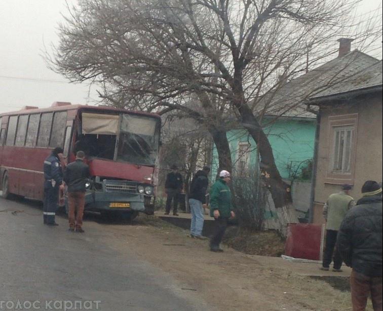 """Автобус """"Ужгород-Чернівці"""" потрапив в ДТП, врізався в дерево (ФОТО+ВІДЕО)"""