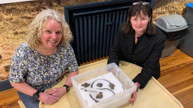 На острові Мен знайшли колекцію ювелірних прикрас зі срібла та золота, яким понад 1 тисячу років.