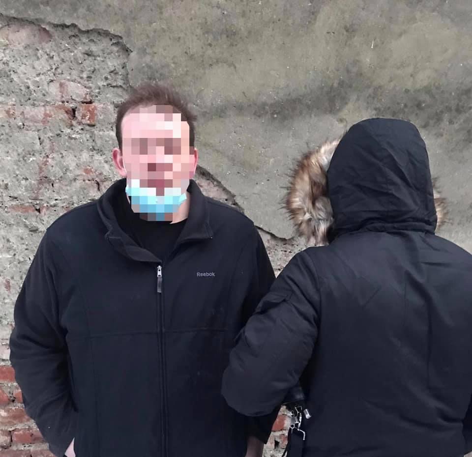 Поліцейські отримали оперативну інформацію, що 28-річний ужгородець може бути причетним до продажу наркотиків на території обласного центру.
