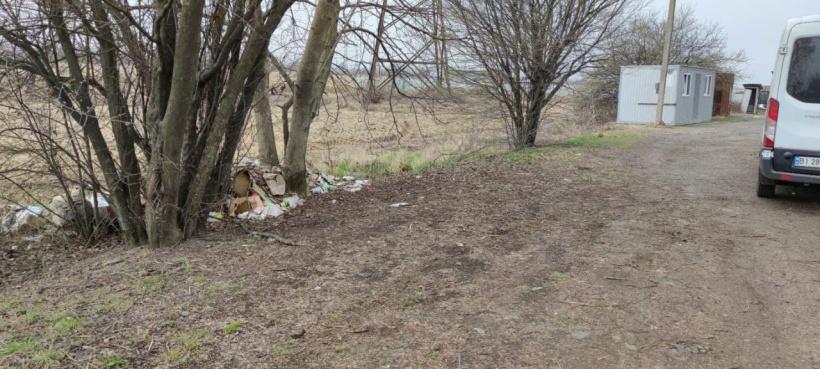 Виявлено складування сміття на зеленій зоні працівниками будівництва по вулиці Ужгородська.