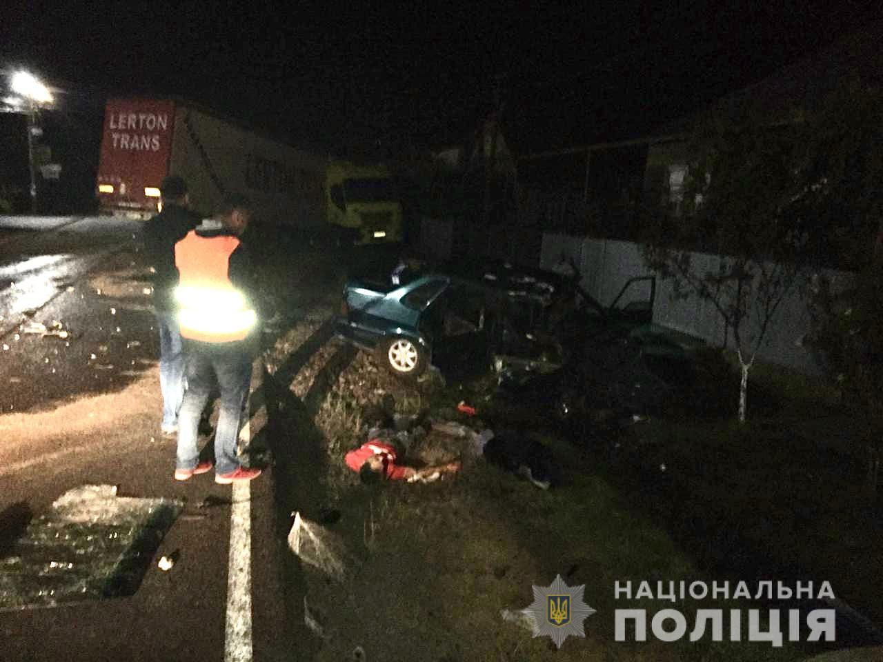 У селі Страбичово Мукачівського району зіткнулися автомобіль «ВАЗ 2115» та вантажний автомобіль «IVECO». Внаслідок автомобільної аварії, пасажир легковика помер.