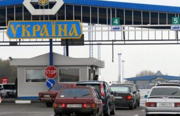 На західному кордоні України спостерігаються великі черги на виїзд. На деяких пунктах пропуску застрягли більше сотні автомобілів.