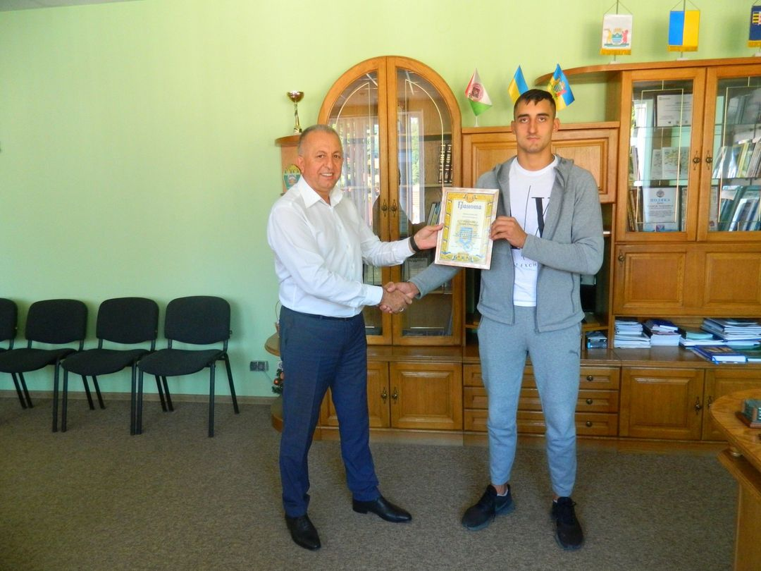 Василь Дан вручив грамоту Рахівської районної ради молодому спортсмену Назарію Маркульчаку.