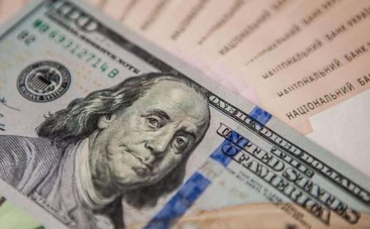На відкритті міжбанку американський долар в покупці подорожчав на 12 копійок, в продажу — на 13 копійок.