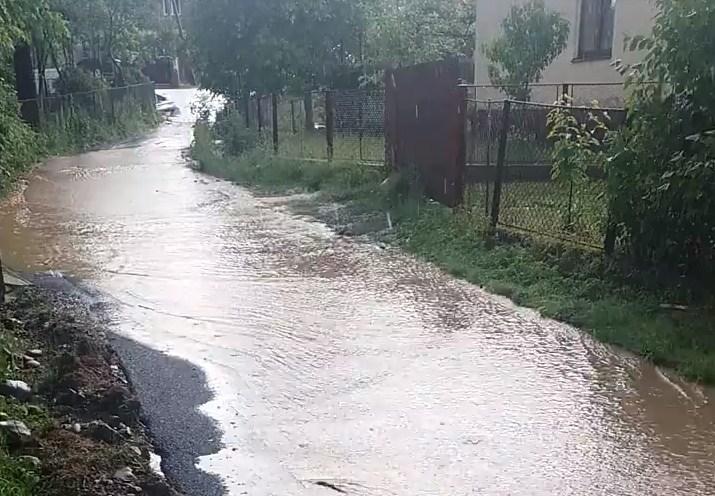 На Перечинщині на свіжозаасфальтованій вулиці почала текти річка (ФОТО)