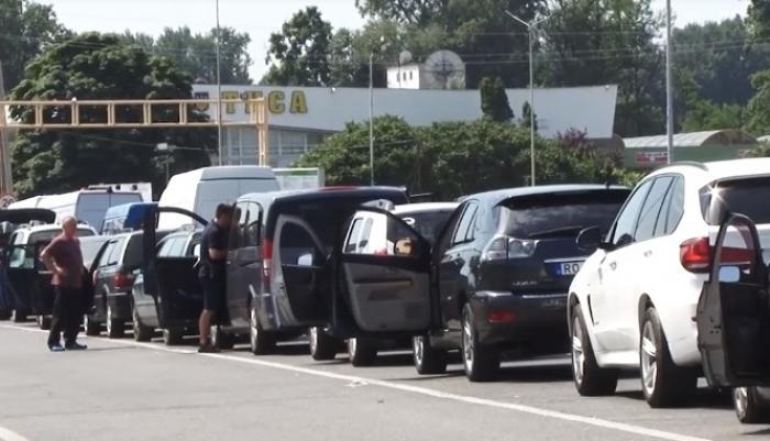 Найбільше автомобілів на кордоні з Угорщиною.