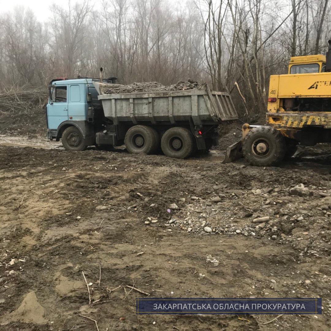 Прокуратура утвердила подозрение предпринимателя в незаконной добыче песко-гравийной смеси почти на 7,3 миллиона гривен.