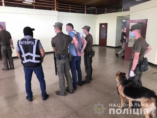 Двох іноземців, які перебували в міжнародному розшуку, поліцейські Закарпаття передали правоохоронцям Угорщини. Затримані намагалися уникнути покарання за скоєння крадіжок та шахрайства.
