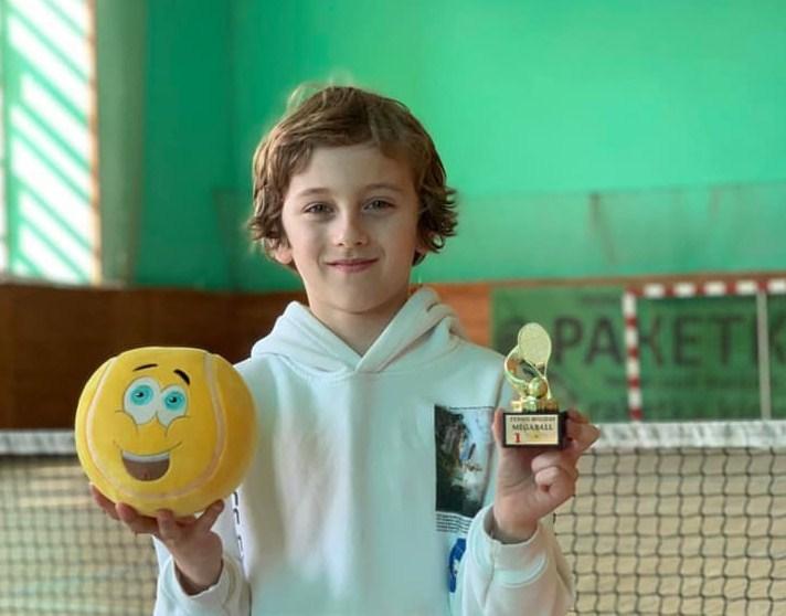 Арсен Ільто, учень Мукачівського ліцею,  отримав першість на змаганнях з великого тенісу у Трускавці. Про це розповіли в Мукачівській міській раді.