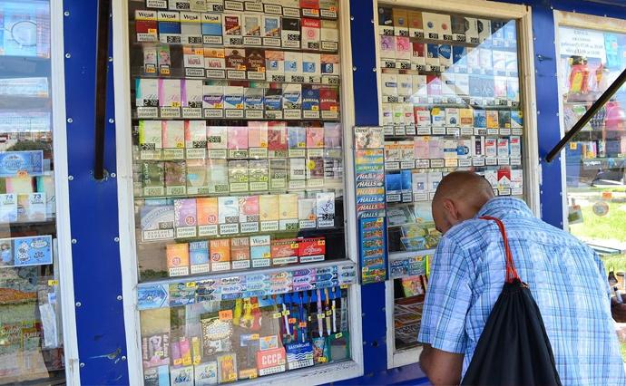 Торгівлю сигаретами, з яких не сплачені податки, називають нелегальним обігом тютюнових виробів. Цей обіг останнім часом зростає. Дислокується він на ринках, у кіосках та в онлайні.