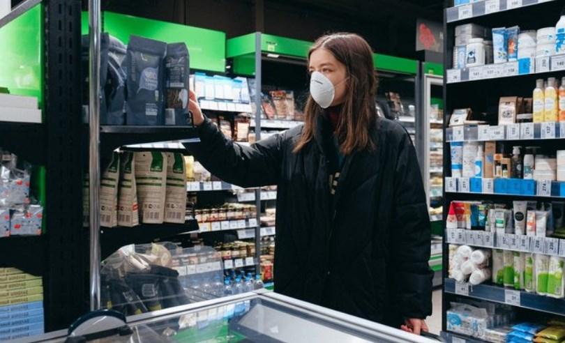 З 9 вересня, маски стануть обов'язковими в магазинах і торгових центрах, а з 14 вересня учні та вчителі празьких шкіл повинні будуть носити маски в приміщеннях загального користування.