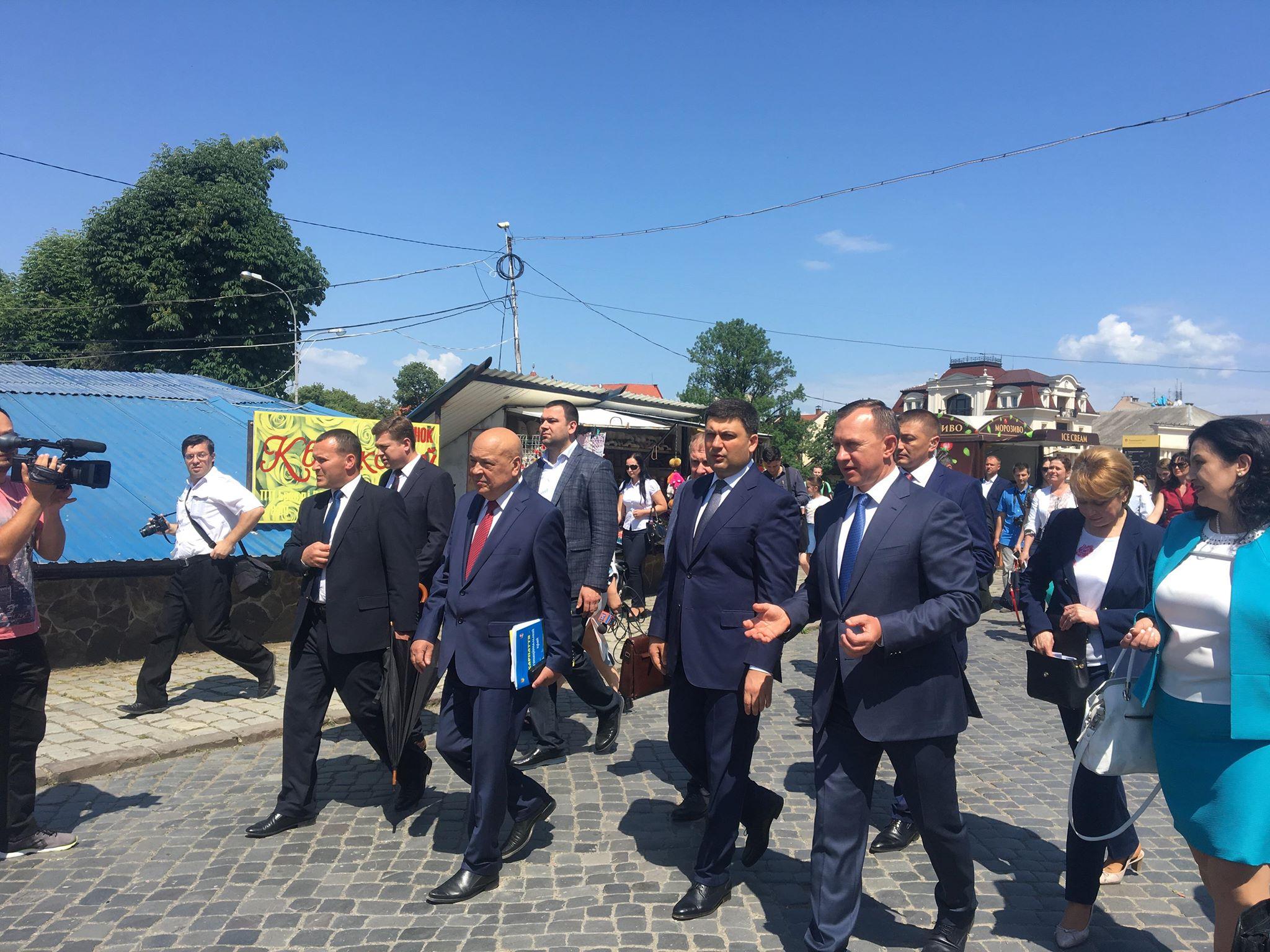 Пішки по катакомбах: Володимир Гройсман прогулявся площею Петефі