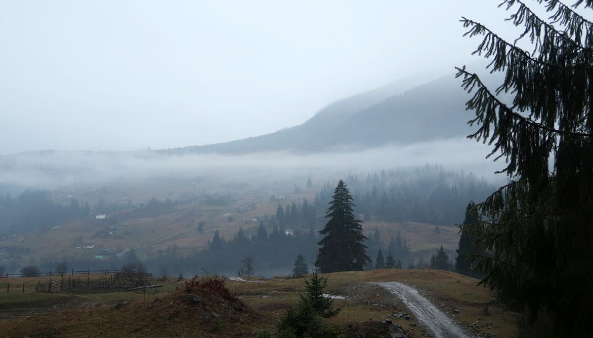 Температура повітря вночі 10-15°, вдень 20-25° тепла, в горах місцями вночі до 7° тепла, вдень 13-18°, на високогір'ї 9-11° тепла.