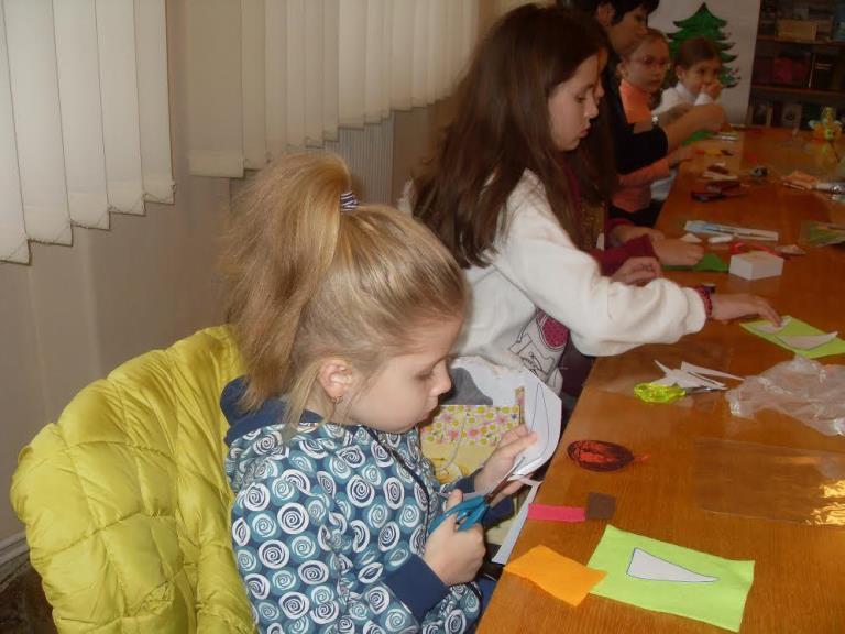 20 грудня у найстарішій бібліотеці міста майстриня та вишивальниця Тетяна Заводяк  провела майстер – клас по виготовленню ялинкових прикрас.