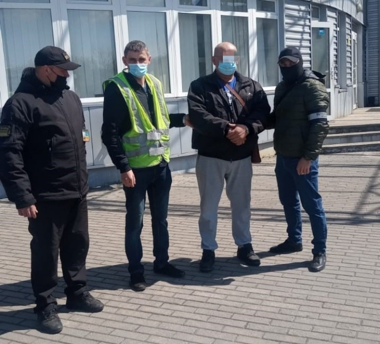 Іноземець намагався заїхати на територію України мікроавтобусом української реєстрації