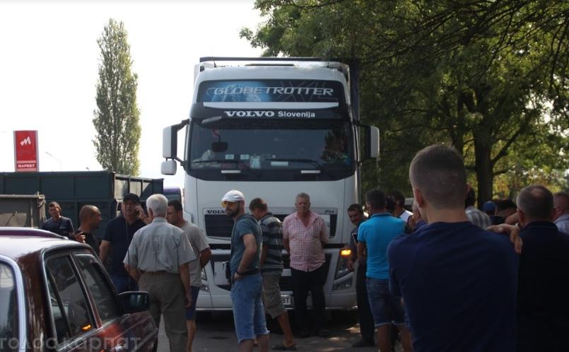 На Виноградівщині люди вкотре перекрили рух біля с. Теково (ВІДЕО, ФОТО)