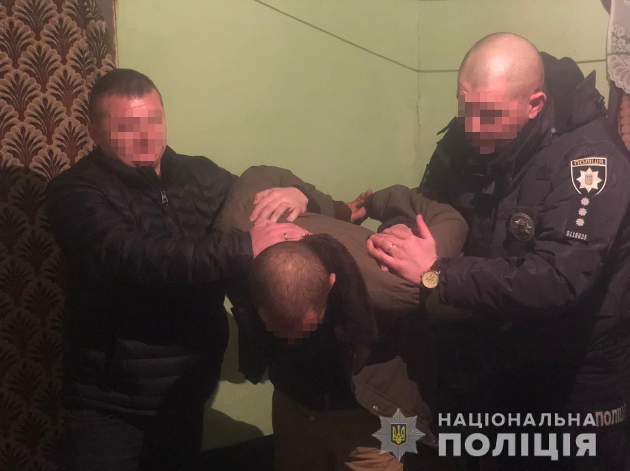 У Виноградові з торгового центру чоловік виніс брендові кросівки. Поліцейські затримали викрадача за лічені години.