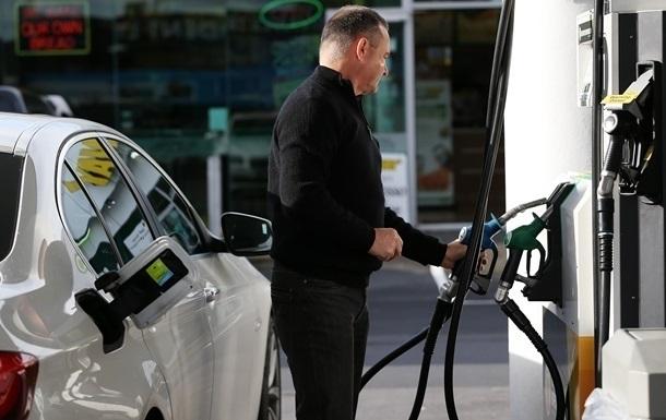 Середня ціна дизпалива на травень з урахуванням граничної націнки має становити 27,89 гривні за літр, бензину - 30,22 гривні за літр.