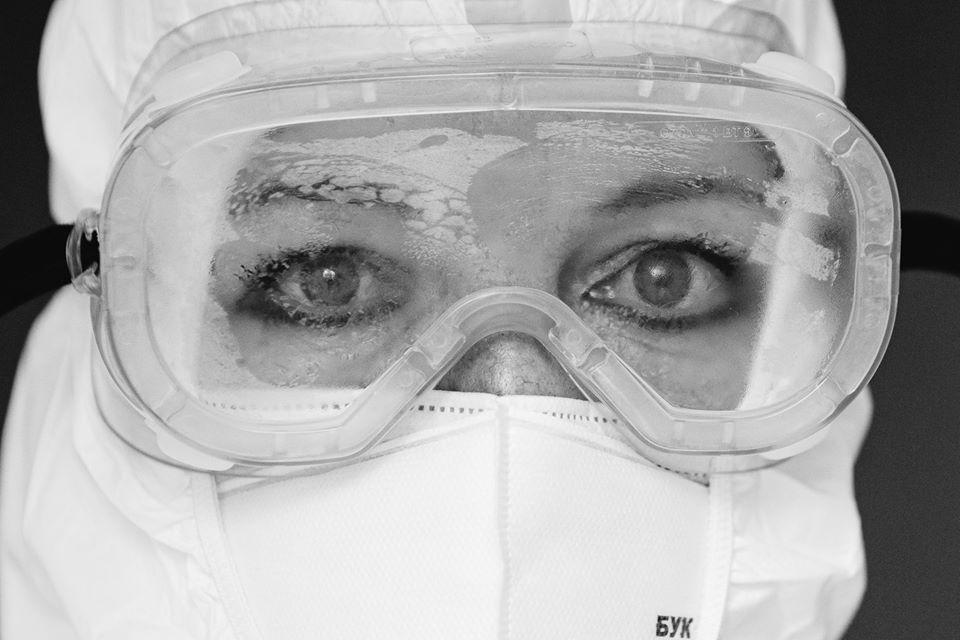 Фотограф Сергій Гудак показав очі закарпатських медиків, які працюють позмінно 7 днів, лікуючи хворих на COVID-19.