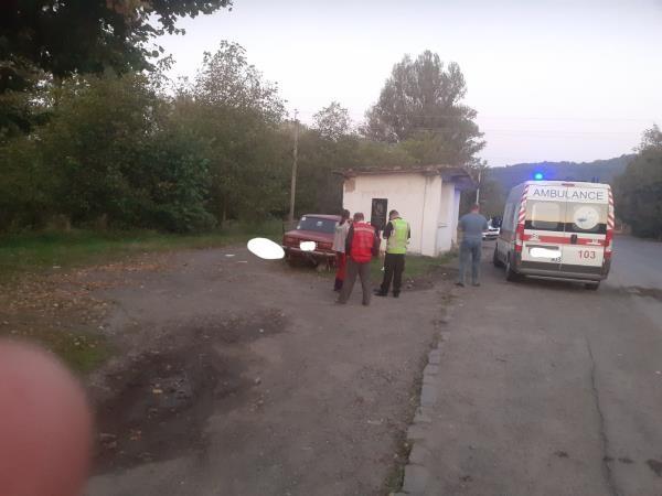 Автопригода сталася Близько 5-ї ранку у с. Луково, що на Іршавщині.  Автомобіль врізався у автобусну зупинку.