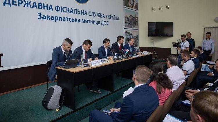 За українську митницю взялися відразу з двох сторін.
