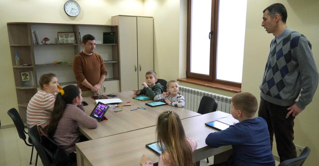 У селі Велика Добронь, на базі Угорського дому розпочалися курси з вивчення цифрового мистецтва.