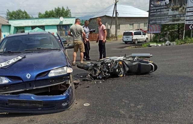 Легкова автівка не розминулася з мотоциклом.