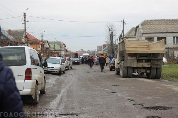 Для ремонту дороги в селі Сасово, яку сьогодні перекрили мітингувальники, завезли мішки зі щебенем