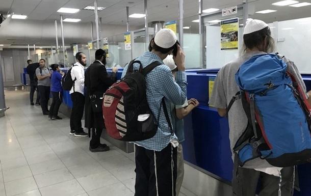 Паломники-хасиди прибувають в Україну в основному через аеропорт Бориспіль, а також через аеропорти в Одесі і Вінниці.