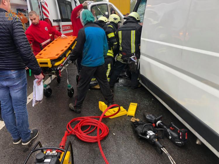 Удар був настільки сильним, що на місце ДТП довелолся викликати рятувальників.
