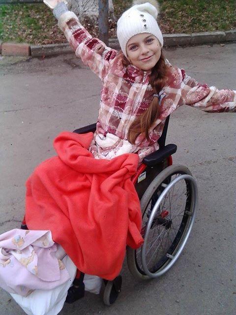 Дівчинка, на яку впало дерево, після пару десятків операцій вийшла з лікарні