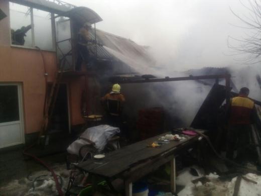 Пожарные ликвидировали возгорание и не позволили пожару уничтожить жилой дом.