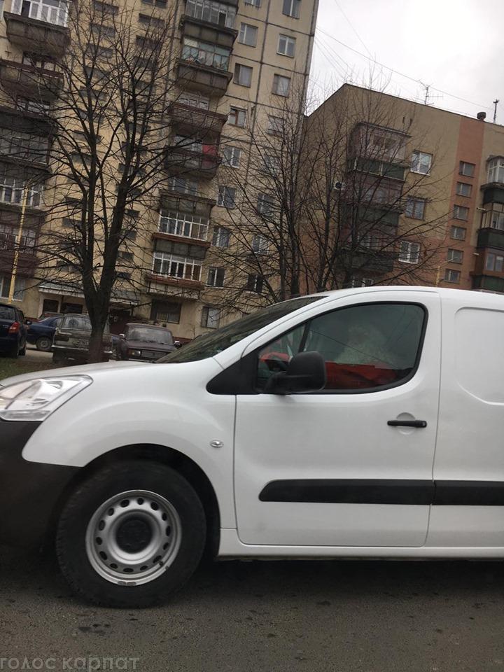 В Ужгороді перехожі сфотографували Діда Мороза за кермом автомобіля.