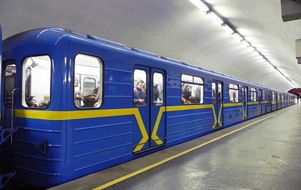Смерть 29 річного зачепера у метро: заліз на дах потяга і впав.
