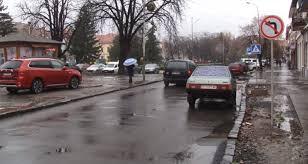 Через відсутність дорожніх знаків, часто водії не можуть зорієнтуватися хто має першим проїхати біля будинку побуту на площі Петефі.