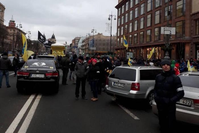 Кілька сотень авто на єврономерах зібрались наХрещатику