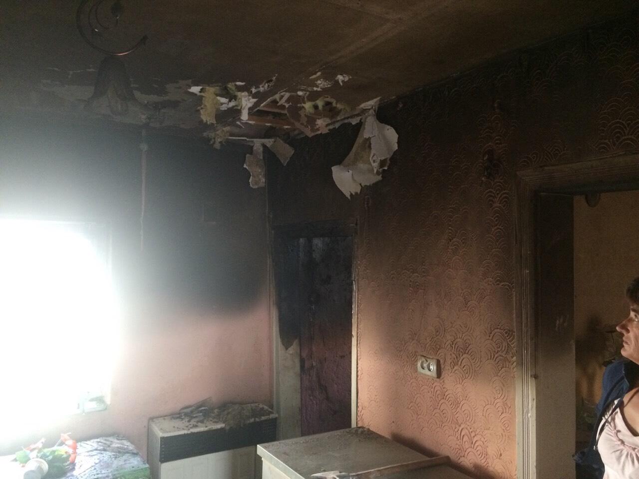 01 жовтня о 10:54 в оперативно-рятувальну службу надійшло повідомлення про пожежу  на вул. Центральній, що у  с. Дубрівка Іршавського району. Горів житловий будинок місцевої 49-річної жительки.