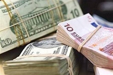 У курсах НБУ євро подешевів відразу на 28 копійок. На міжбанку спостерігалася схожа картина: долар зростав, євро дешевшав.