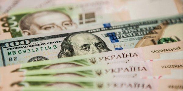 Курс долара на міжбанку в продажу знизився на шість копійок - до 23,90 гривні за долар, курс у купівлі впав також на шість копійок - до 23,88 гривні за долар.