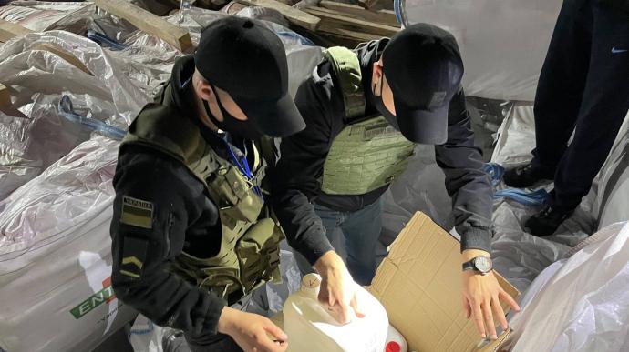 Прикордонники затримали рекордний контрабандний вантаж товарів народного споживання, який прибув в Україну іноземним судном через Миколаївський порт.